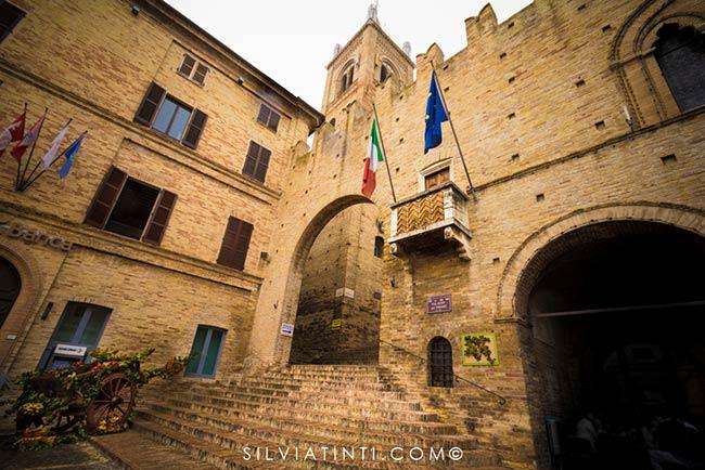 Montecassiano - Palazzo dei Priori e scalinata